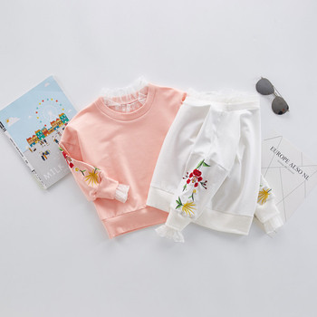 dae576306558 Απαλή παιδική μπλούζα για κορίτσια με κολάρο δαντέλας σε σχήμα Ο και  κεντήματα στα μανίκια σε