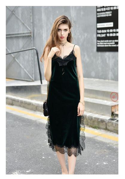 633b562ce6ab Εξαιρετικό γυναικείο φόρεμα βελούδου με λεπτούς ιμάντες σε μαύρο και  πράσινο χρώμα - Badu.gr Ο κόσμος στα χέρια σου
