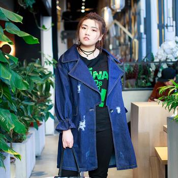 Γυναικείο κομψό τζιν μπουφάν  με σχισμένα στοιχεία και σχήματος V κολάρο freestyle σε  σκούρο χρώμα