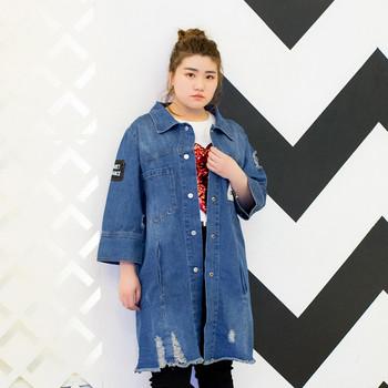 18dcdbd7ddd Модерно дамско дълго дънково яке в свободен стил с кръпки и цветни щампи по  гърба,