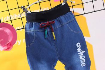 Детски дънки за момчета с връзки с цветен принт и надпис