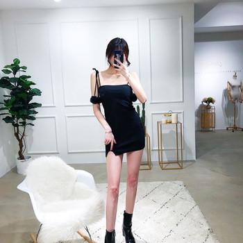 bd42579bd0b8 Κομψό γυναικείο φόρεμα με κοντό μανίκι με λεπτούς ιμάντες ώμου και μαύρες  διακοσμήσεις