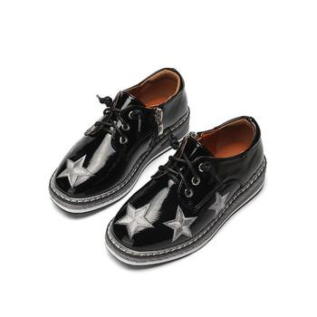 Παιδικά αθλητικά κομψά παπούτσια με δεσμούς και λαμπερά αστέρια σε λευκό  και μαύρο χρώμα abe0868e8a7