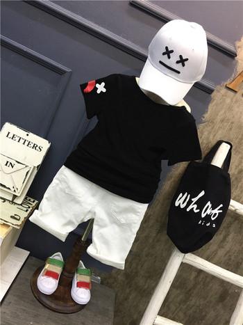 Спортно-елегантен комплект от тениска с апликация и накъсани панталони