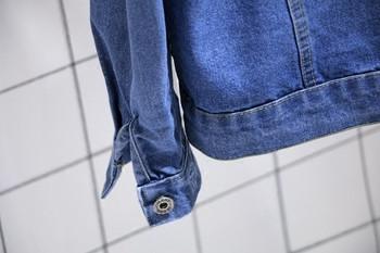 Спортно-ежедневно дамско дънково яке с кръстосани връзки на гърба