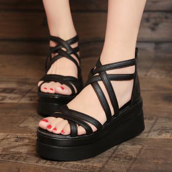 Спортни дамски сандали на платформа с каишки в бял и черен цвят