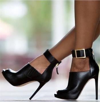 Дамски отворени обувки на висок ток с каишка около глезена и метални елементи