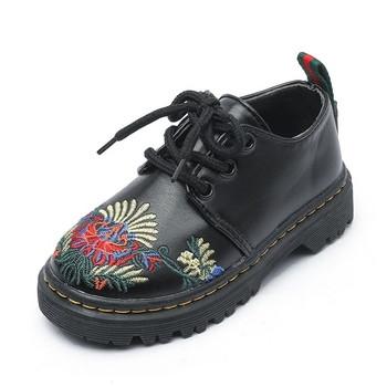 Κομψά παιδικά παπούτσια για κορίτσια σε μαύρο χρώμα με κέντημα χρωμάτων 62caf765fc9