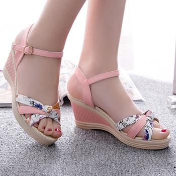 Дамски сандали на платформа с каишки и флорални мотиви в няколко цвята
