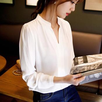 Дамска риза широк модел с V-образно деколте в бял цвят