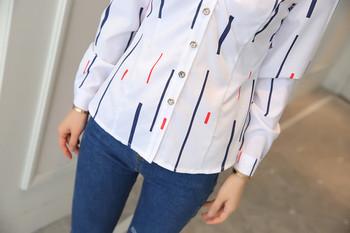 Дамска риза по тялото с дълъг ръкав в бял цвят с принт