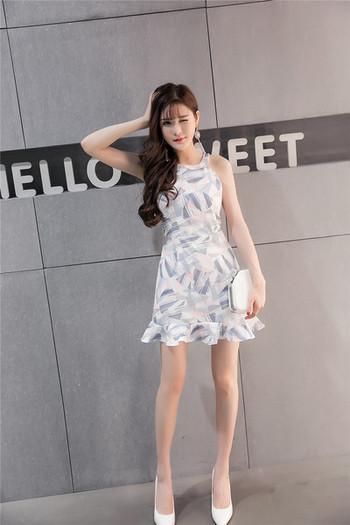 Стилна дамска рокля с цветен мотив в бял цвят