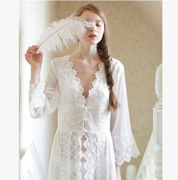 Дълъг дантелен халат в бяло за дамите