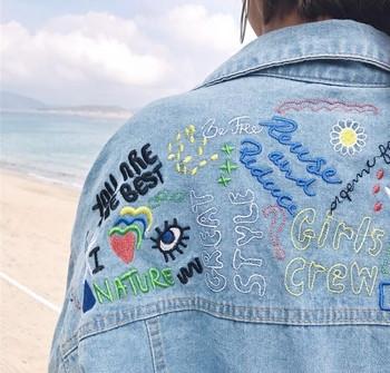 Ανοιξιάτικο γυναικείο μπουφάν σε μακρύ και μεγάλο σχέδιο με πολύχρωμες επιγραφές