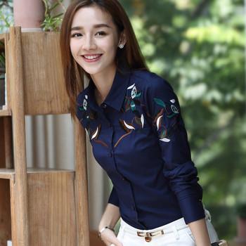 Дамска стилна риза в бял и черен цвят с бродерия на раменете