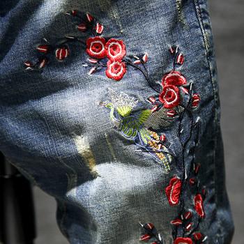 Стилни мъжки дънки в тъмен цвят с цветна бродерия