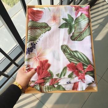 Красиви дамски памучни шалове за лятото в различни цветове