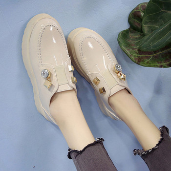 Κομψά γυναικεία παπούτσια σε πλατφόρμα με διακόσμηση σε άσπρο και μαύρο  χρώμα 8e88a187b7f