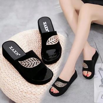 Стилни дамски чехли с декоративни камъни в бял и черен цвят