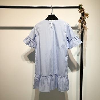 Модерна дамска рокля на райе в син цвят с бродерия