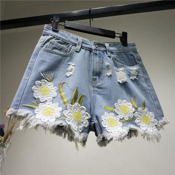 Дамски къси панталони с бродерия в светъл цвят