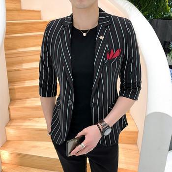 Вталено мъжко сако на черно и червено райе с 3/4 ръкав
