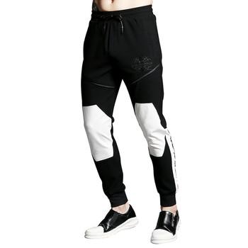 Мъжки спортен анцуг в черен цвят с щампа