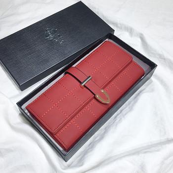Γυναικείο πορτοφόλι σε διάφορα χρώματα με ενδιαφέρουσα στερέωση