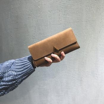 Γυναικείο μεγάλο πορτοφόλι με μεταλλικό στοιχείο σε διάφορα χρώματα