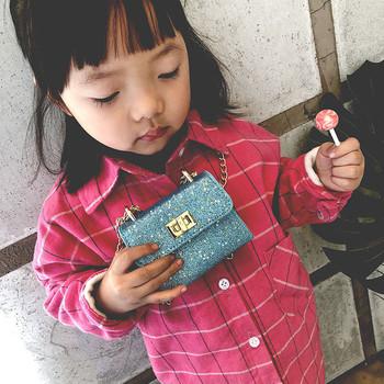 Малка детска чанта с верижка и лъскава повърхност за момичета
