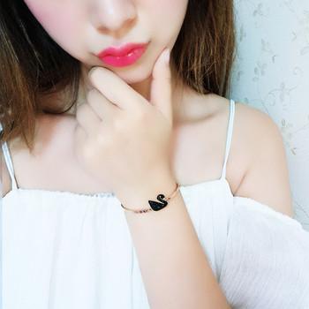 Дамска гривна в златист цвят с черен лебед