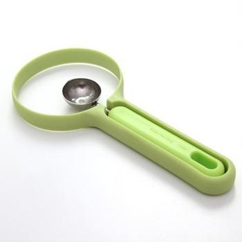 Практичен комплект от 2 части включващ пластмасов нож и лъжица за плодове