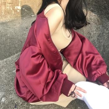 Καθημερινό γυναικείο μπουφάν  με κέντημα στην πλάτη σε μαύρο και κόκκινο χρώμα