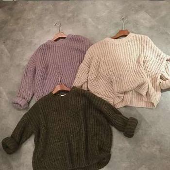 Дамски плътен пуловер с О-образна яка - широк модел