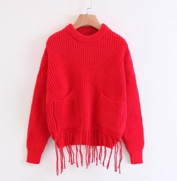 Модерен дамски пуловер с пискюли в няколко цвята