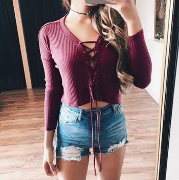 Дамски пуловер с връзки и V-образно деколте
